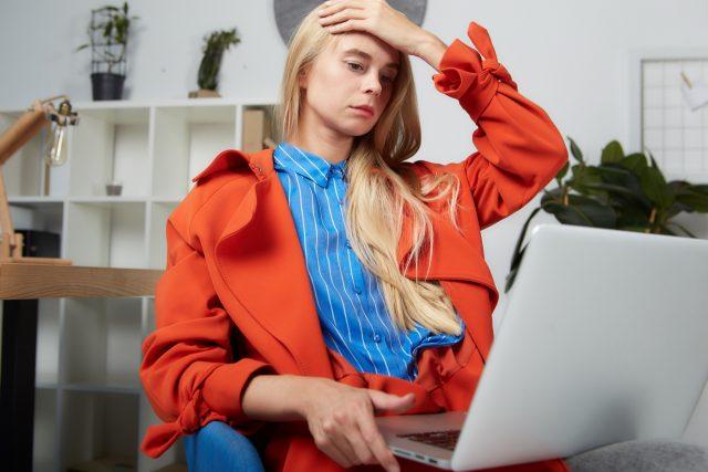 仕事に疲れる女性