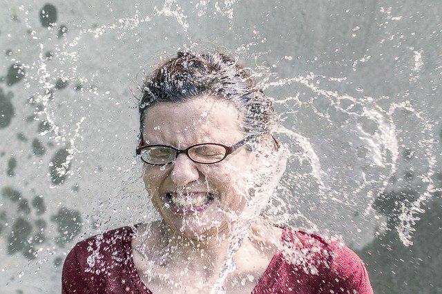水をかぶる女性