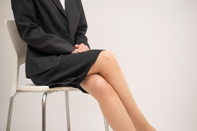 脚を組む女性
