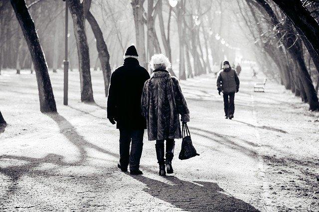 雪道を歩く男女