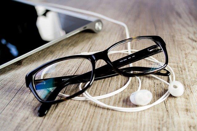 イヤホンと眼鏡