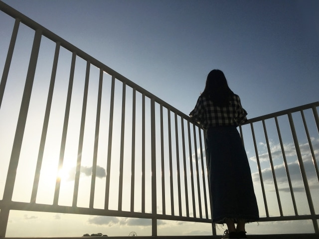空を眺める女性