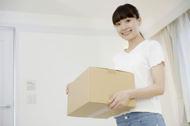 引っ越し作業をする女性
