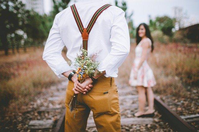 花束をもつ男性