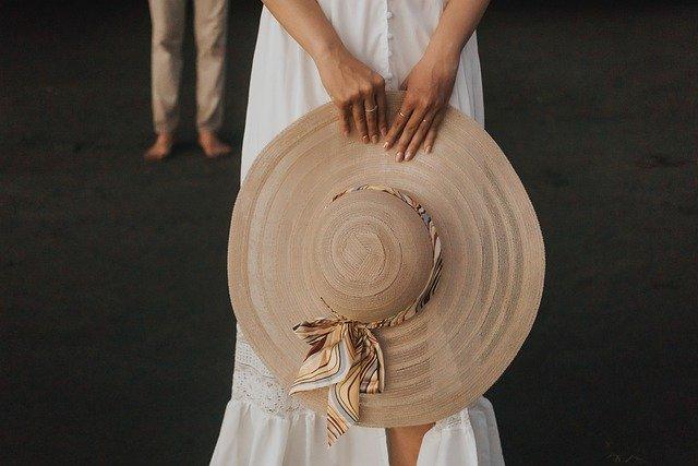 帽子をもつ女性