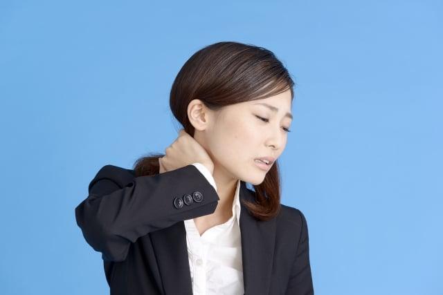 首を抑える女性